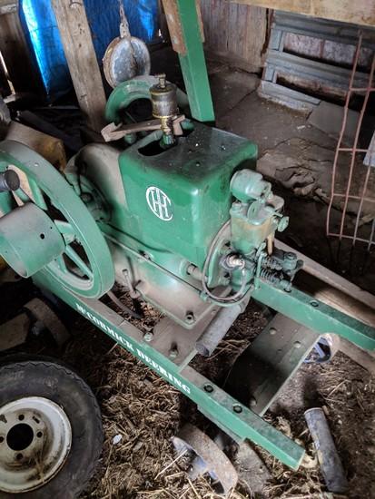 IHC - LA 1.5 - 2.5 hp Gas Engine w/Wheel Barrow Cart