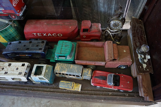 Contents of Showcase: Texaco Tanker Tin Truck