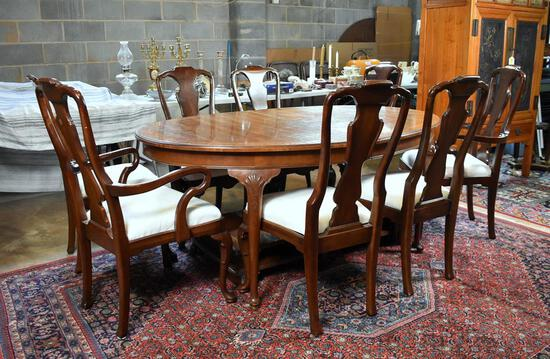 Fine Banded Mahogany Queen Anne Style Henredon Oval Dining Table with Leaves