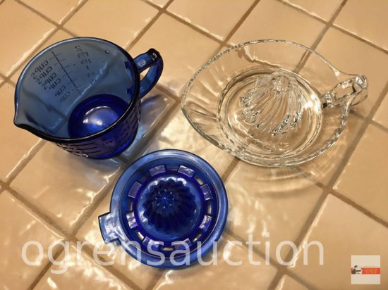 Glassware - Reamers - 1 blue mixing & measuring cup with reamer & clear reamer
