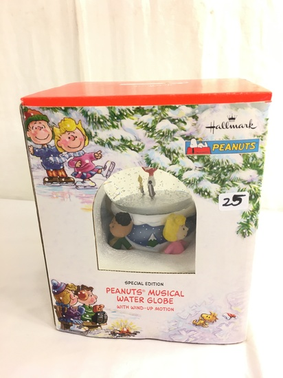 """Collector Hallmark Peanuts Musical water Globe with Wind-Ip Motion Box Size: 7.5""""Tall Box"""