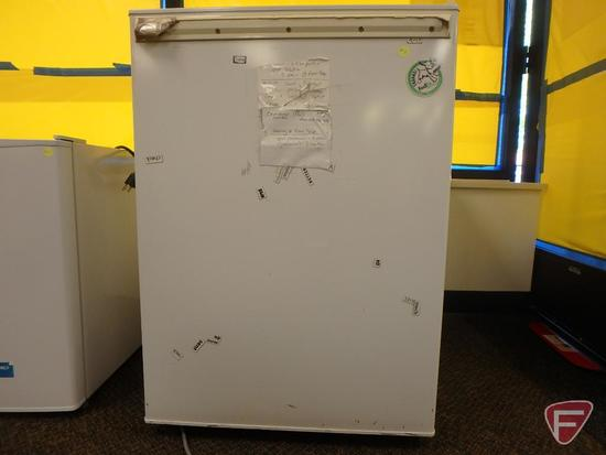 GE/General Electric Co. compact refrigerator, model GMR06AAPWW