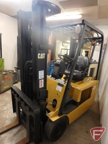 Cat ET3000 36v electric forklift, 4142hrs showing, 83/189 triple stage mast, full free lift