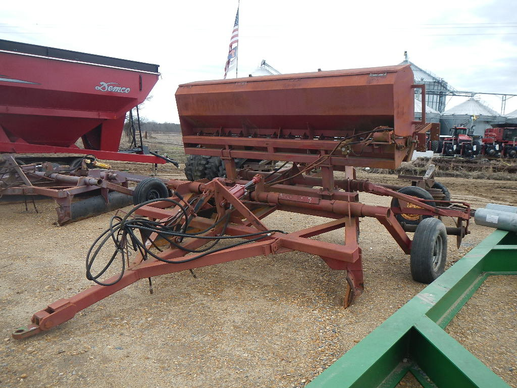 PULL TYPE LEVEE SQUEEZER  WITH SEEDER