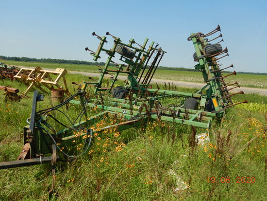 JOHN DEERE 960 S TINE FIELD CULTIVATOR,  26', MOUNTED HARROWS, HYDRAULIC FO