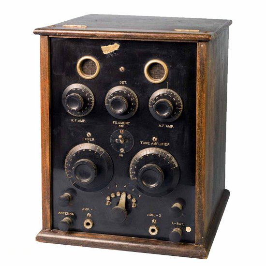 Air-Way Co. F - 4-tube receiver. 1 RF, 2 AF. Natural wood chassis. (4) Bakelite based tubes,