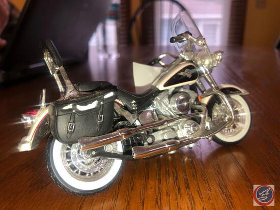 Maisto 1:18 Scale Die Cast Replica Un-Mounted Black and White Harley Davidson