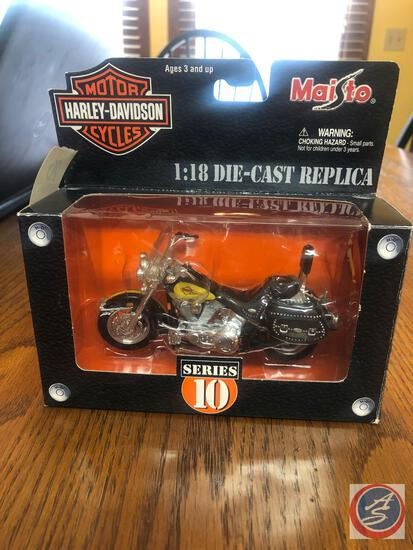 Maisto 1:18 Scale Die Cast Un-Mounted Series 10 Replica 2003 FLSTC Heritage Softail Classic Harley