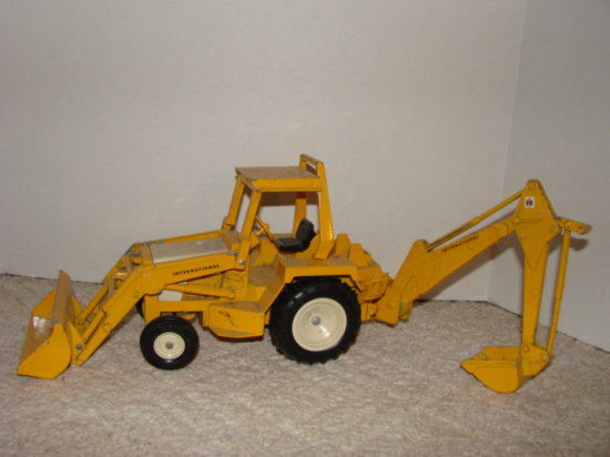 ERTL 1/16 INTERNATIONAL TRACTOR/LOADER/BACKHOE