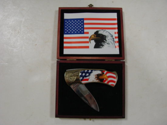 COLLECTOR POCKET KNIFE IN WOODEN BOX - EAGLE / AMERICAN FLAG