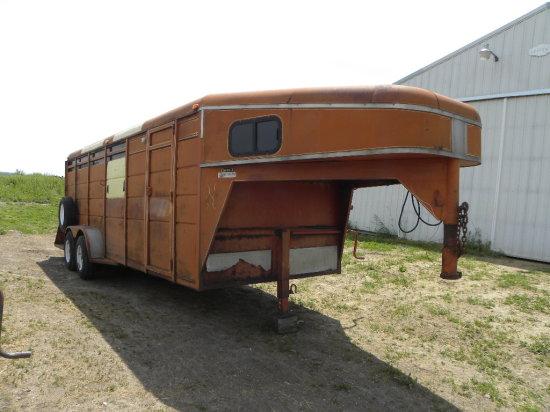 1995 HARCO 4 HORSE SLANT GOOSENECK STEEL HORSE TRAILER W/ TACK COMPARTMENT & DRESSING ROOM