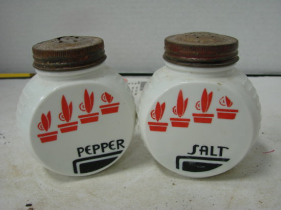 VINTAGE S&P SHAKERS - WHITE GLASS