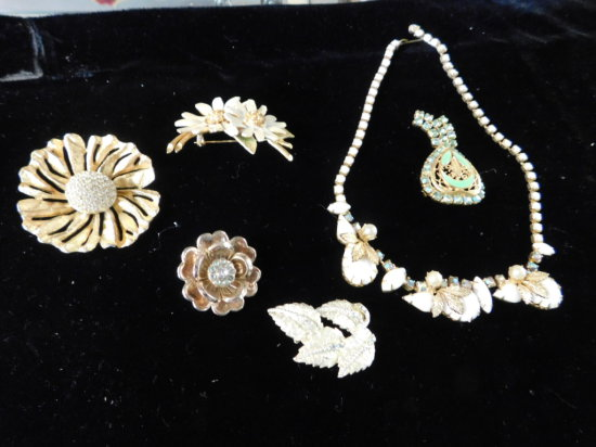 (5) VINTAGE PIN / BROOCHES & (1) NECKLACE
