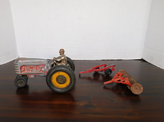 1/16 MASSEY HARRIS NARROW FRONT TRACTOR W/ DRIVER, DISK & PLOW