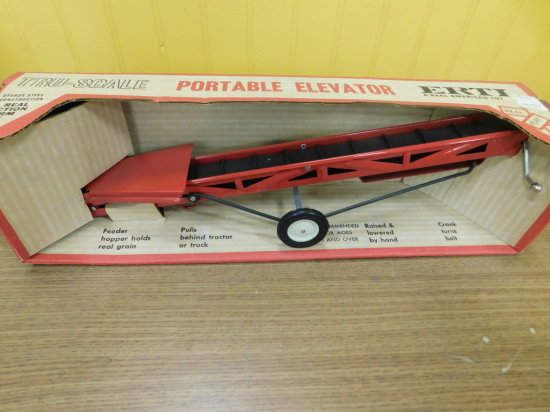ERTL TRUE SCALE IH PORTABLE ELEVATOR