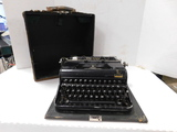 ANTIQUE OLYMPIA ELITE MANUAL TYPEWRITER IN CASE