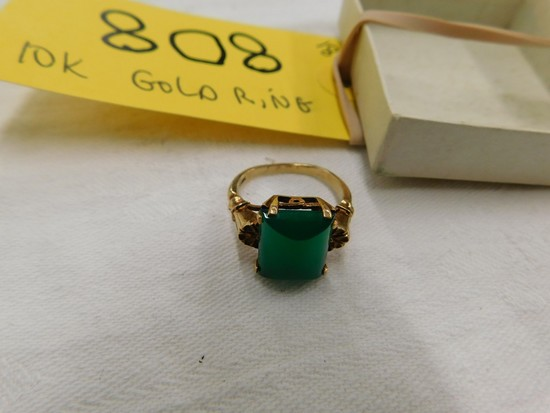 10 KT GOLD RING W/ JADE STONE