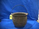 UNMARKED CAST IRON 3 LEGGED BAILED KETTLE W/ POUR RING