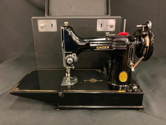 Vintage Singer Featherweight Sewing Machine In Carrying Case