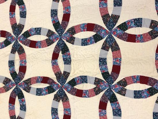 Traditional Double Wedding Ring Design Quilt.