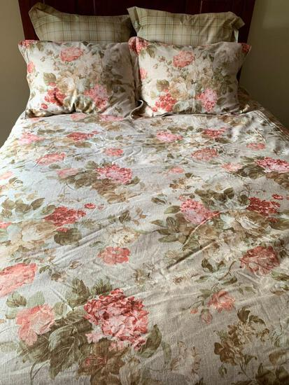 Floral Print Comforter and Pillows w/Shams Made by Biltmore. This is a Queen Size