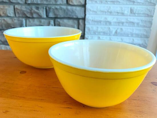 Pair of Pyrex Glass Nesting Mixing Bowls. The Largest is 2.5 Qt - As Pictured