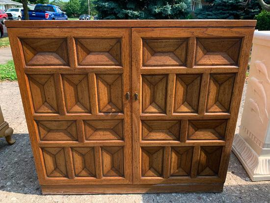 """Vintage Henredon Sideboard Buffet. This is 32"""" T x 35"""" W x 18"""" D - As Pictured"""