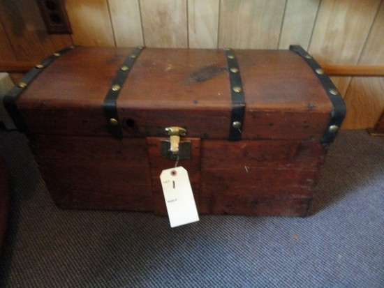 SMALL WOODEN TRUNK AND CONTENTS INCLUDING BOOKS TEDDY BEARS 28 INCH X 14 IN