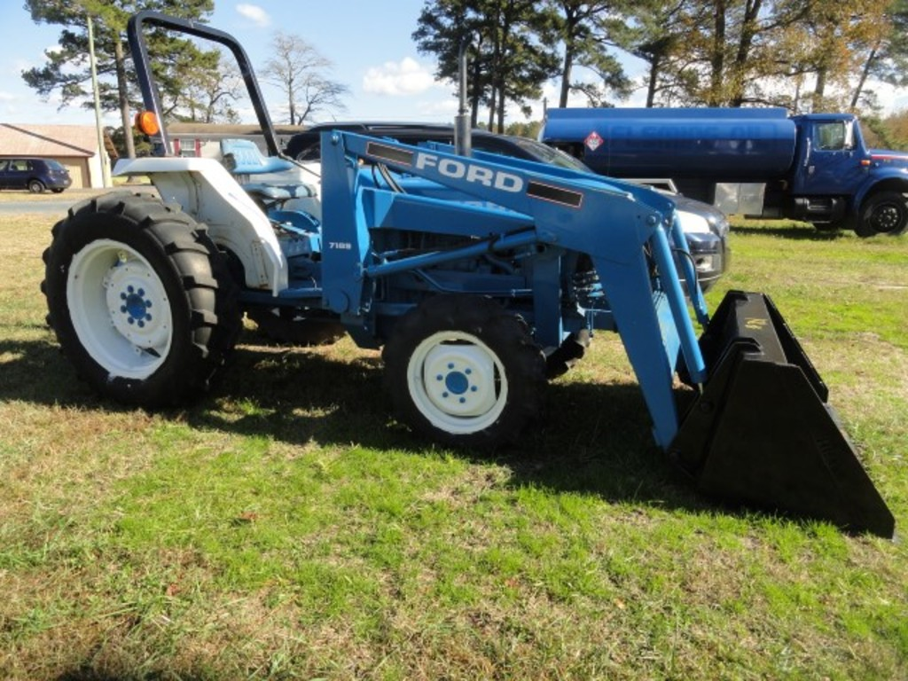 #701 FORD TRACTOR 2120 1312 HRS NEW CLUTCH 7109 BUCKET 4 WD