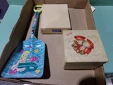 BOX LOT WITH MINIATURE THREADAMATIC 72 JEWEL BOX OF PEE WEE HARMONICAS APPR