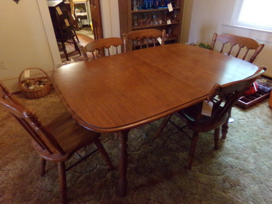 MAPLE DINING ROOM TABLE WITH FIVE MATCHING CHAIRS AND TWO LEAVES