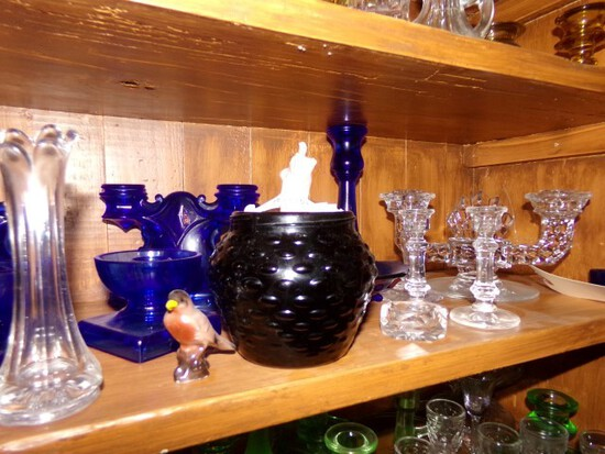 SHELF INCLUDING COLLECTION OF COBALT GLASS BLACK GLASS AMERICAN FOSTORIA CA