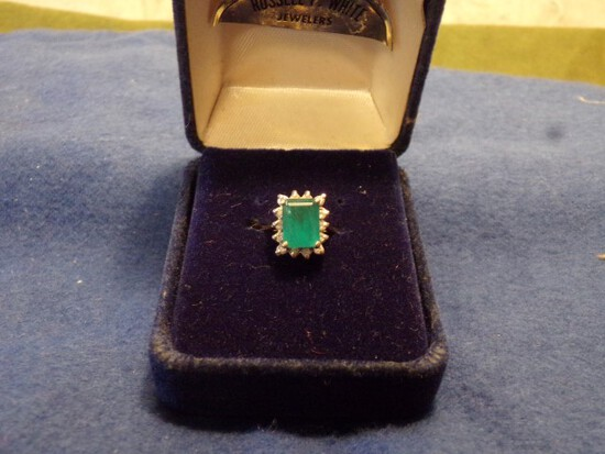 14 YELLOW GOLD RING WITH EMERALD AND 15 DIAMOND CHIPS 2.1 DWT