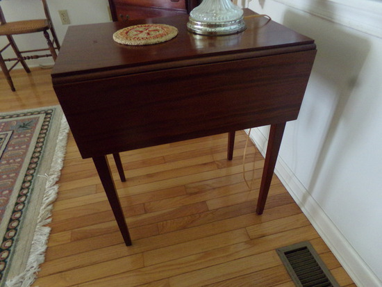MAHOGANY DROP LEAF SINGLE DRAWER END TABLE WITH LAMP