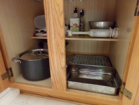 CONTENTS OF KITCHEN CABINET INCLUDING SOUP POTS COOKBOOKS TURBO BLENDER AND