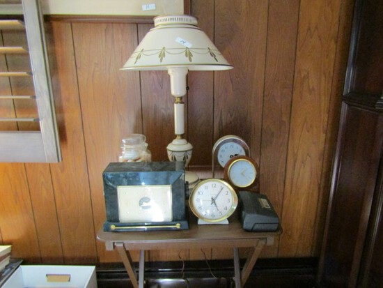 TABLE LOT WITH TABLE LAMP AND FOUR TABLE CLOCKS