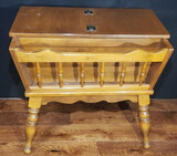 Early American- Style Maple End Table  with Lift