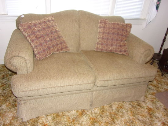 Cocoa 2 Seat Loveseat w/ Decorative Pillows- Like New