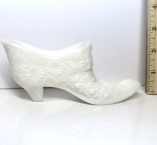 Vintage L.E. Smith Hand Made Milk Glass Buttons & Bows Shoe Dish