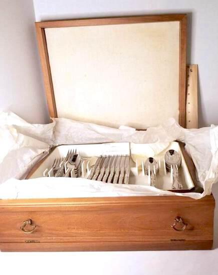 Oneida Ltd Silversmiths Flatware Set in Nice Wooden Case