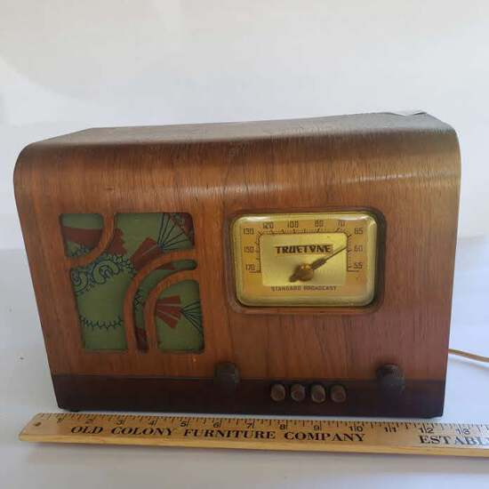 Truetone Model D715 Vintage Standard Broadcast Radio