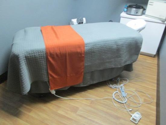 ADJUSTABLE MASSAGE TABLE AND ROOM CONTENTS