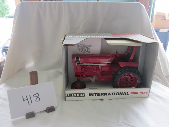 International 1066 Rops tractor NIB 1:16