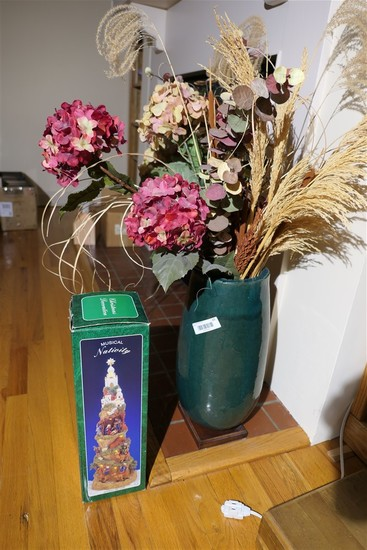 Musical nativity + vase, dried flowers