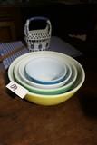 Set of Pyrex mixing bowls