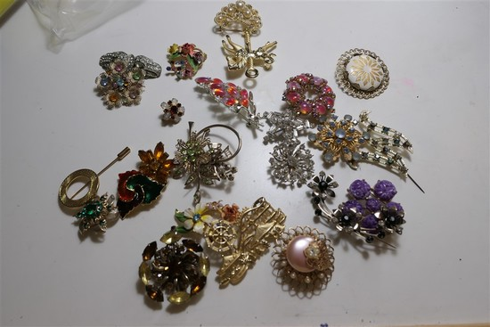 Group lot Vintage Costume Jewelry Brooches
