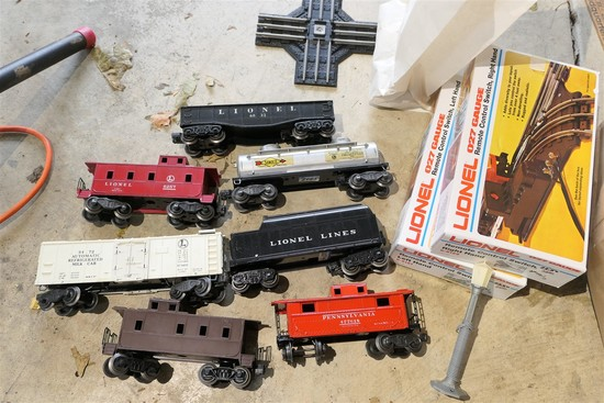 Group lot of Lionel train cars + Accessories
