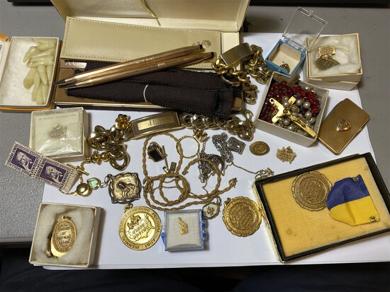 Lot of assorted vintage jewelry