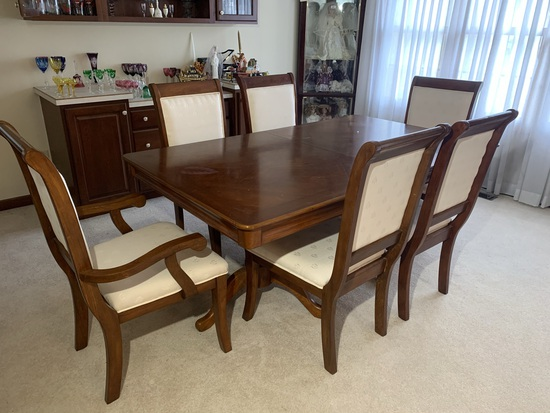 Lovely Dining Room Set.  Table, 6 Chairs, and Leaf