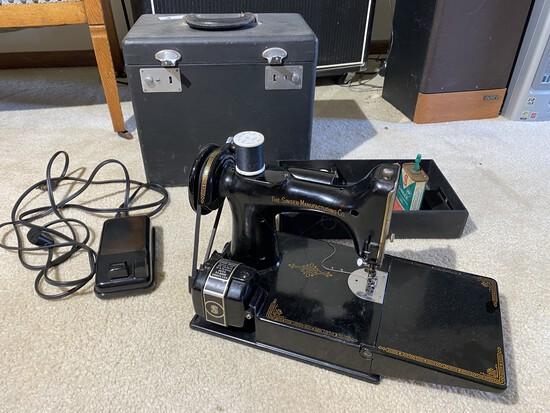 1940s Singer Featherlite Sewing Machine in Case